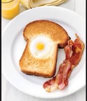 Los huevos con el pan tostado