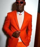 trajes naranjas cuestan 300 $
