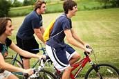 Faire le bicyclettes dans un park