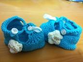 Zapatito con detalle de flor, hecho a mano y crochet.