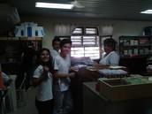 bibliotecaria  y alumnos