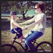 ¡Me gusta montar en bicicleta con mi hijo!