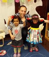 El tio de Oriana y Rafaela visitando el aula.
