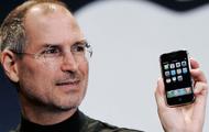 Steve Jobs yn dal yr iPhone cyntaf sef yr iPhone 3G