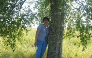 Наталья  на месте, где стоял дом, где провел свое детство ее отец.