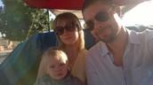Tässä olen äidin ja isän kanssa Marokossa.