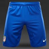 los cortos son azul y rojo con rayas