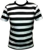 Un tee-shirt rayé en noir et blanc