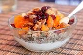 Yoghur met gedroogd fruit, noten en zaden