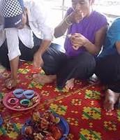 Jemeres camboyanos comiendo