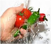 Primero, yo lavo los ingredientes con agua
