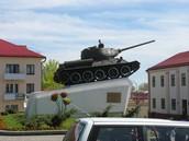 В центре города - танк-памятник