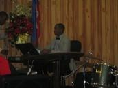 Frère Sonny se prépare autour de son piano pour une performance