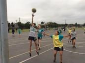 Baloncesto después de escuela está en marcha. Tenemos 150 estudiantes femenil y varonil participando y les está encantando.