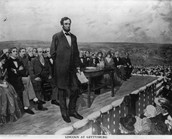 Lincoln Gives Gettysburg Address