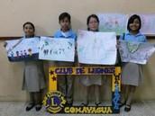 Participantes con sus dibujos.