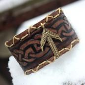 T-rune on bracelet