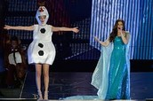 Idina Menzel and Taylor sing Let It Go