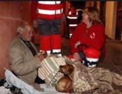 Gente de la Cruz Roja ayudando a un perro