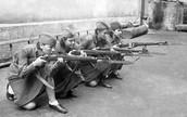 Женщины во время обучения стрельбе из винтовки. 1941 г.