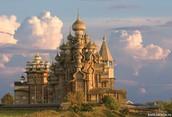 Кижский Погост — это единственный из сохранившихся на территории России ансамблей, в состав которого входят две многоглавые деревянные церкви. Преображенская церковь — исключительный по своему архитектурно-планировочному и конструктивному решению памятник, не имеющий аналогов в русской и мировой деревянной архитектуре. Воспринимаемая местными жителями как чудо, церковь породила легенду о Мастере Несторе, построившем 37 — метровую церковь одним топором и без единого гвоздя