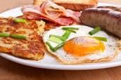 Huevos con pan un tocino un salchicha