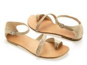 las sandalias plateado de cuero