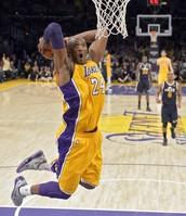 Kobe clavando el balón