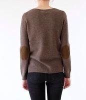 El suéter es marrón