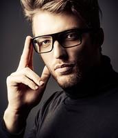 Der perfekte Mann, die perfekte Haarschnitt, im italienischen Stil hat es
