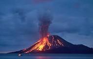 Volcán en medio del agua.
