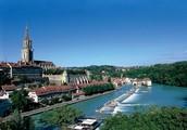 Город Берн в горах Швейцарии на реке стоит Ааре.