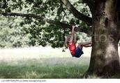 Me gustaba trepar a los árboles porque me gustaba jugar afuera.