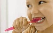 """""""Se cepilla los dientes."""""""