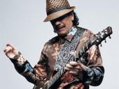 Carlos Santana toca su guitarra.