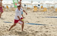 Jugar al voleibol en la playa