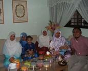 משפחה מוסלמית חוגגת את עיד אל פיטר