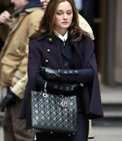 un sac  à main noir en cuir