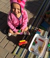 Oona building a house