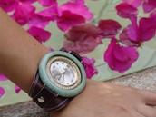 Pulsera de cuero con reloj