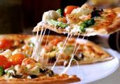 Lekkere pizza met dikke bodem en veel groenten.