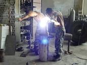 תמונה של אנשים שמייצרים משהו