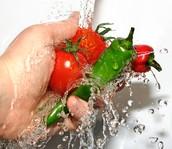 Prendo el agua y lavo los ingredientes en el tamiz