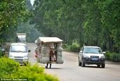 El 'hombre caracol', un chino que viaja con su casa a cuestas