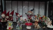 Un'ampia collezione di fate e gnomi