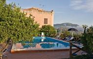 La nostra piscina e sullo sfondo la casa patronale