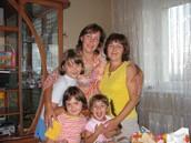 Я з мамою, тіткою та двоюрідними сестрами