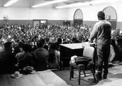 Cesar Chavez en una junta con los campecinos de Arizona.