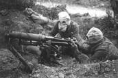 חיילים לובשים מסכות ומשתמשים ברובה