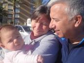 Mi parte contraria y yo, con nuestra sobrina nieta Luna